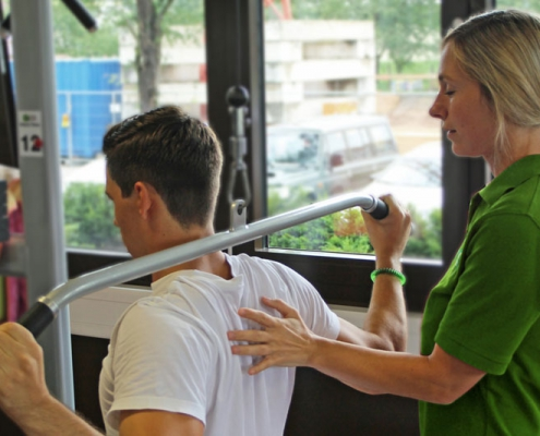 Fitnesstraining am Geraet Krankengymnastik CeOS Training Physiotherapie